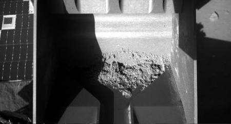 Lundi 28 juillet. L'échantillon de sol prélevé par la pelle de la mini-excavatrice de Phoenix, avant d'être livré à l'instrument Tega. Crédit : Nasa/Université d'Arizona