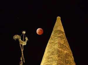 Seules les éclipses totales de Lune offrent de belles couleurs rouges. Ce ne sera malheureusement pas le cas pour l'éclipse partielle du 31 décembre 2009. Crédit J.-B. Feldmann