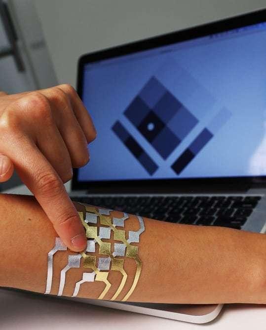 Parmi les applications que rendent possibles les tatouages DuoSkin figure le contrôle des interfaces par des gestes tactiles. La méthode pourrait notamment servir à contrôler le lecteur de musique d'un smartphone pour changer de morceaux ou régler le volume. © Microsoft Media, MIT Lab