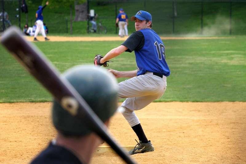 Au baseball, l'objectif pour le lanceur est d'envoyer la balle le plus vite possible afin que le joueur à la batte ne puisse la frapper. Celle-ci peut atteindre une vitesse de 160 km/h. © Guneyc, Flickr, cc by nc sa 2.0