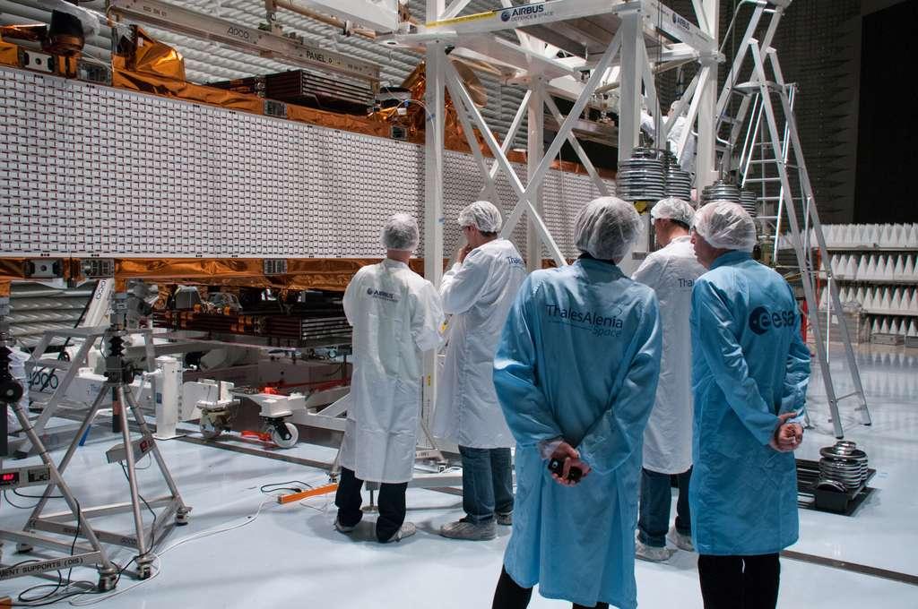Sentinel 1, ou le bel exemple de coopération entre Thales Alenia Space qui le construit et Airbus Espace qui fournit le radar sous l'œil attentif de l'Esa, le client. © Rémy Decourt