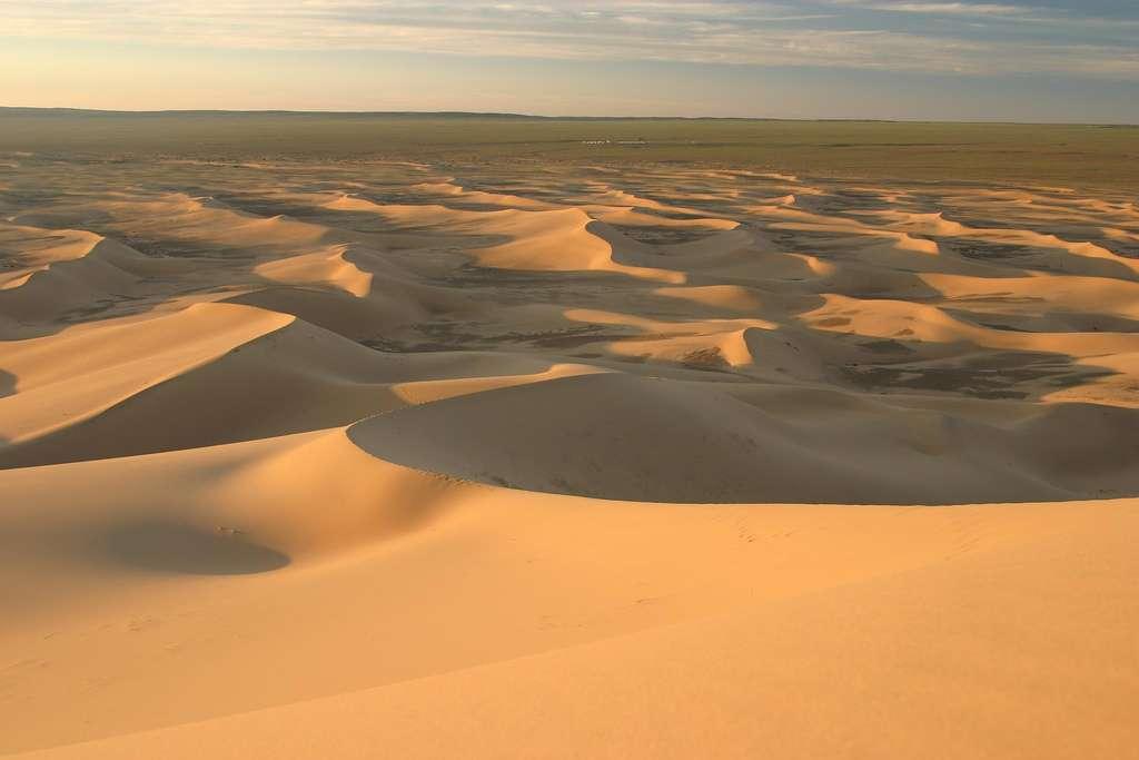 Le désert de Gobi se caractérise par des paysages variés notamment composés de vastes plaines, de steppes, de zones rocheuses ou sableuses, ou encore de chaînes de montagnes. © PNP!, Flickr, cc by nc nd 2.0