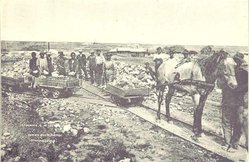 Mine d'or à ciel ouvert à Johannesburg en 1893, compagnie minière Stanhope Gold Mining and Co. ; photo J. Davis. © Wikimedia Commons, domaine public.
