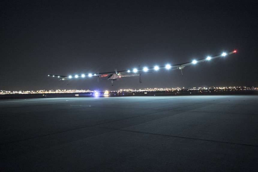 Solar Impulse lors de son atterrissage de nuit à l'aéroport international de Dallas-Fort Worth ce 23 mai. L'opération a été délicate en raison des forts vents qui soufflaient sur la zone. © Solar Impulse, Revillard, Rezo.ch