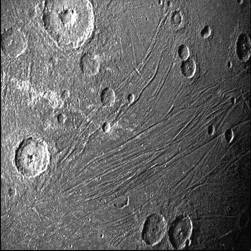 Cette image de la face sombre de Ganymède, alors baignée d'une faible lueur diffusée par Jupiter, a été obtenue grâce à la caméra de navigation de la sonde Juno qui fonctionne très bien en faible luminosité. © Nasa, JPL-Caltech, SwRI