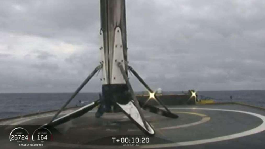 L'étage central du Falcon Heavy a rejoint sain et sauf la barge Of Course I Still Love You, dans l'océan Atlantique. © SpaceX