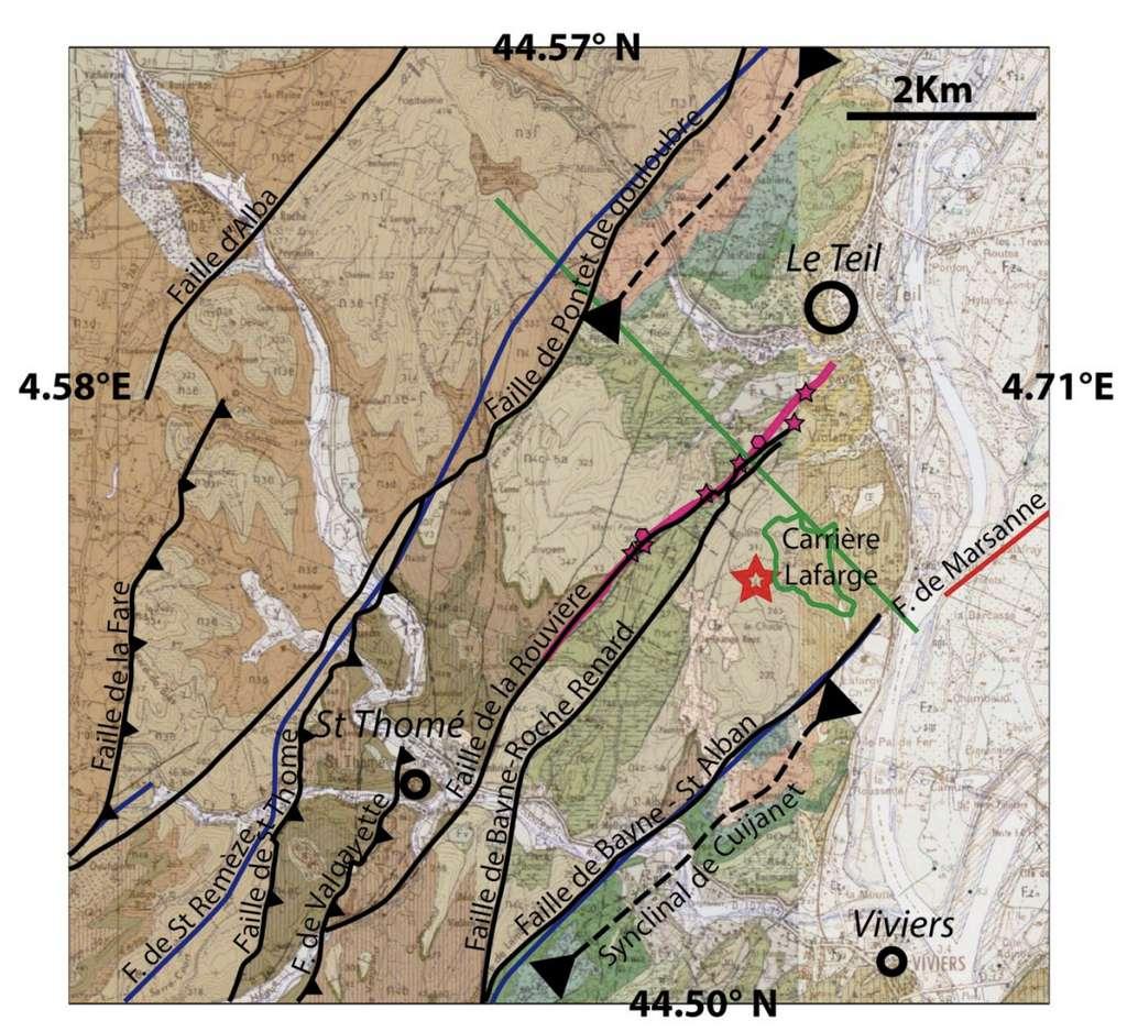 Contexte géologique local. Fond : assemblage des cartes géologiques BRGM de Aubenas et Montélimar au 1/50.000. Certaines failles géologiques ont été soulignées en noir et leur nom indiqué. Les failles bleues et rouges sont tirées de la base de données de failles potentiellement actives [Jomard, 2017]. L'étoile rouge représente l'épicentre du tremblement de terre du Teil. La zone de rupture détectée par InSAR est la ligne magenta, les évidences de rupture observées sont symbolisées par les étoiles et les plans de failles anciens par les polygones. Le trait vert correspond à la coupe géologique (voir schéma ci-dessous). © Document extrait du rapport CNRS-INSU