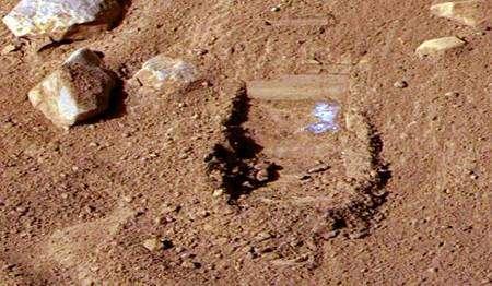 Tranchée creusée le 3 juin, où apparaît nettement une trace claire dont la nature reste à identifier. Crédit Nasa/Université d'Arizona