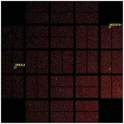 Le champ complet sous l'œil du télescope de la mission Kepler, de 100 degrés carrés, à cheval sur les constellations du Cygne et de la Lyre, photographié le 8 avril 2009. Deux sites remarquables y sont notés, qui ont fait l'objet des premières photographies : l'amas ouvert NGC 6791, aux curieuses caractéristiques, et la position de Tres-2, une planète géante gazeuse (comme Jupiter) orbitant très près de son étoile. On remarque le découpage du capteur en 42 éléments. (Cliquer sur l'image pour l'agrandir.) © Nasa