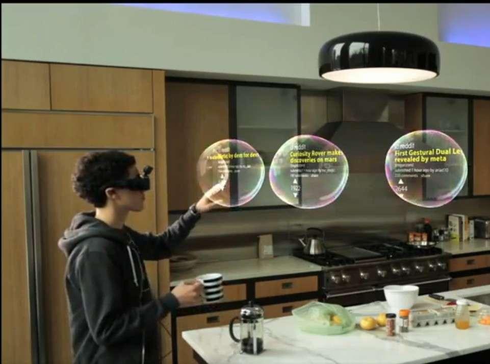 Un exemple d'application du système de réalité augmentée de Meta tiré de sa vidéo de démonstration. Dans ces bulles en relief figurent des actualités que l'utilisateur consulte en les faisant défiler avec la main. Les lunettes sont équipées de verres transparents de telle sorte que l'on peut se déplacer tout en étant immergé dans un environnement virtuel. Les créateurs de jeux vidéo tiennent là un outil prometteur. © Meta