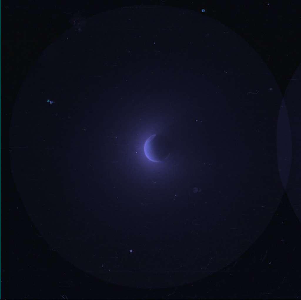 La Terre et sa géocouronne d'hydrogène observées dans l'ultraviolet. Le cliché a été pris depuis la Lune par les astronautes d'Apollo 16, en 1972. © Nasa