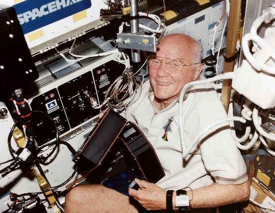 John Glenn à bord de la navette Discovery, le 29 octobre 1998. Âgé de 77 ans, il passa 213 heures et 44 minutes à bord, entre autres pour étudier les effets de l'espace sur les personnes âgées. © Nasa