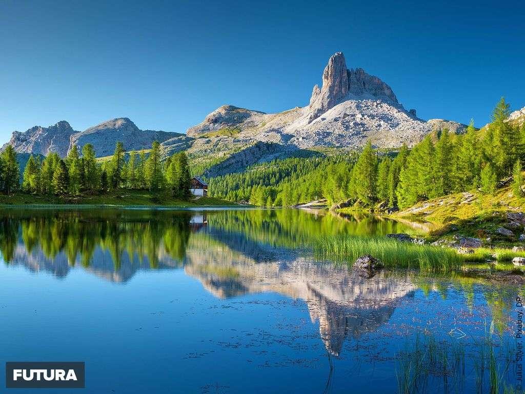Dolomites : le Lago Federa magnifique lac dominé par le Croda da Lago 2715m