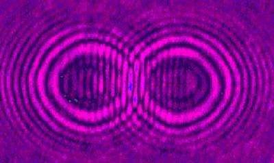 Vagues causées par deux objets tombés dans un liquide ? Non : interférences entre rayons lasers. Mais les deux phénomènes sont strictement identiques quand le liquide est superfluide et que le dispositif laser est judicieusement conçu. Crédit : Jason Fleischer / Princeton University.