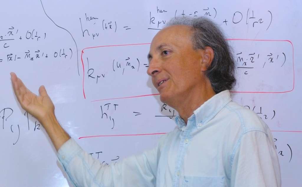 Thibault Damour, professeur permanent à l'IHES (le Princeton français) depuis 1989, est l'un des plus éminents physiciens théoriciens français et l'un des plus grands chercheurs dans le domaine des ondes gravitationnelles. Avec ses collègues, il a fait des contributions fondamentales qui ont permis aux membres de Ligo d'interpréter le signal de la collision des trous noirs. Il est aujourd'hui lauréat du Special Breakthrough Prize in Fundamental Physics. © Wikipédia, CC by 3.0