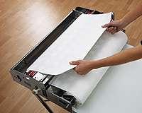 La découpe du papier peint. © AS Création