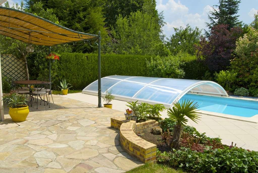 Pose d'un abri de piscine © AlcelVision, AdobeStock
