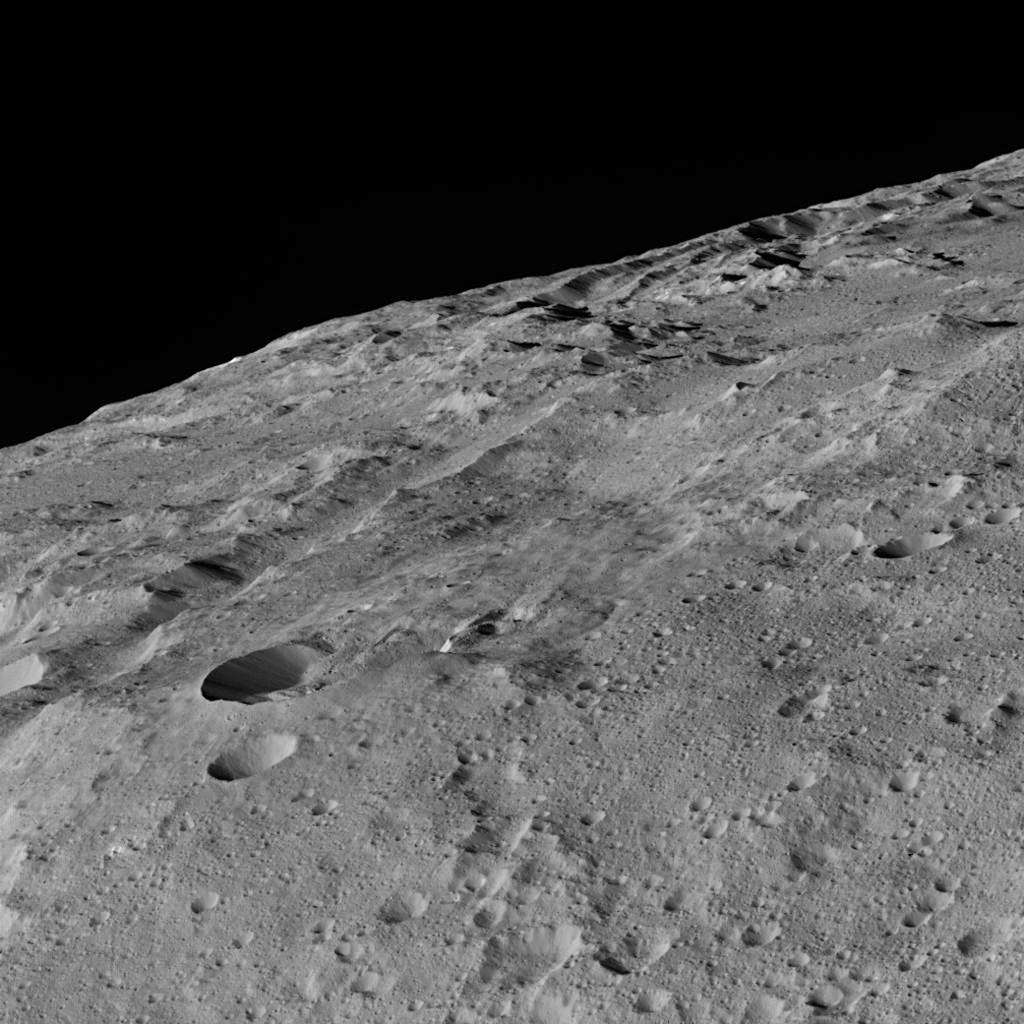 La chaîne de cratères Gerber Catena photographiée par la sonde Dawn alors qu'elle rasait la surface de Cérès, à environ 385 km d'altitude. © Nasa