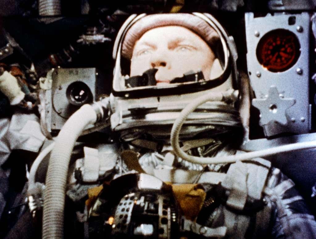 John Glenn photographié par un appareil automatique lors de son survol de la Terre à bord de Friendship 7. Au cours de son vol orbital qui a duré près de 5 heures, l'astronaute voyageait à 28.100 km/h. © Nasa