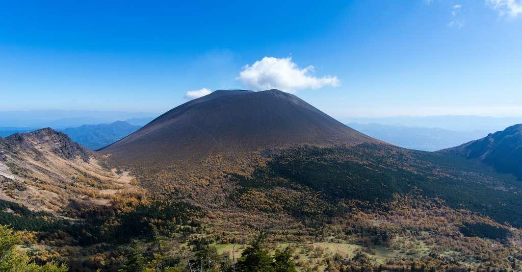 Le mont Asama est l'un des plus actifs du Japon. Son éruption en 1108 a pu participer à faire totalement disparaître la Lune lors de l'éclipse du 5 mai 1110. © Toru Shimizu, Adobe Stock
