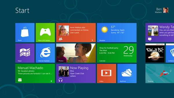 Le nouvel écran de démarrage de Windows 8 avec l'interface Metro. Dans le coin inférieur droit, on distingue la tuile « desktop » qui permet de basculer sur l'affichage classique de Windows. © Microsoft
