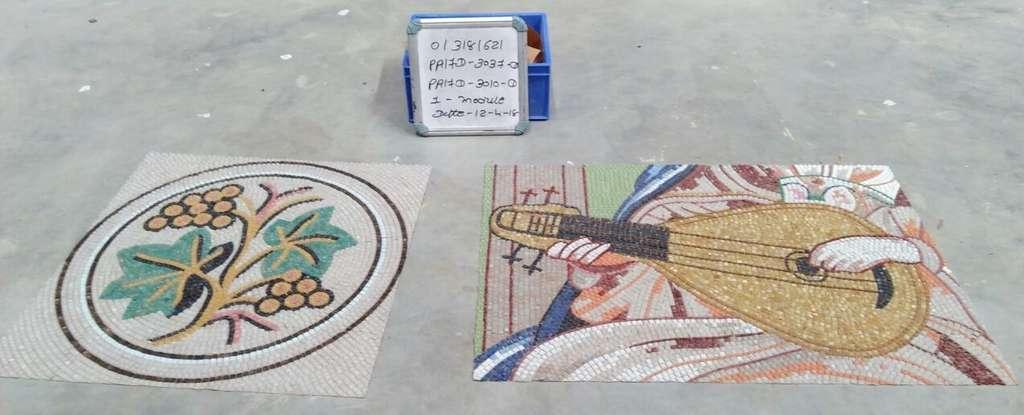 Après l'élaboration du plan de montage, les fresques sont assemblées à la main, puis découpées en plaque de 30 x 30 cm. © Magic Mosaic