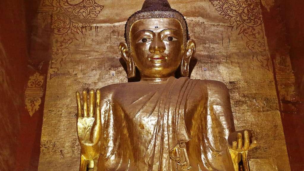 Dans le temple d'Ananda, un des quatre Bouddha debout, faisant face aux quatre points cardinaux. © Antoine, tous droits réservés, reproduction interdite.