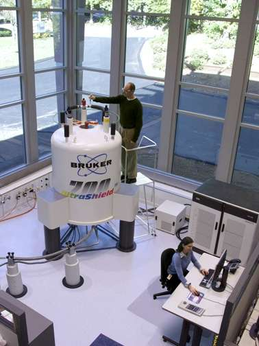 Un spectromètre de RMN de la société Brucker, pour des résonances à 700 MHz. L'augmentation de la valeur des champs magnétiques en RMN permet d'envisager de nouvelles applications. © Mike25, Wikimedia Commons, DP