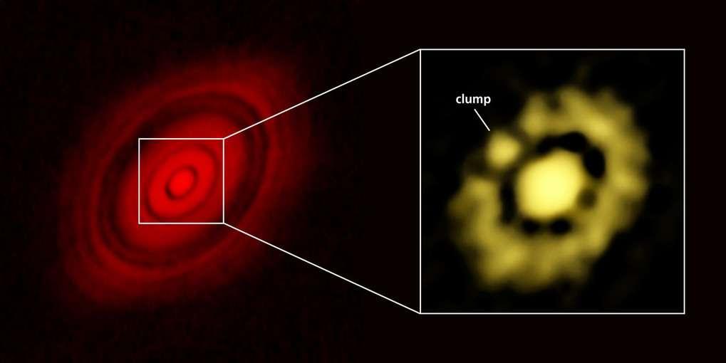 À gauche : le disque protoplanétaire de HL Tauri observé avec Alma (fin 2014). À droite : région centrale observée cette fois avec le VLA. Dans l'anneau grumeleux, on distingue un agrégat de matière (clump) qui semble se détacher. Sa masse est estimée entre 3 et 8 fois celle de la Terre. Une superterre est peut-être en train de se former. © Carrasco-Gonzalez et al., Bill Saxton, NRAO, AUI, NSF