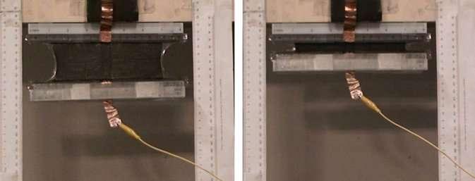 Le muscle artificiel en polymères en plein travail. À ce film de couleur noire est accroché un poids de 231 g. Si une tension électrique lui est appliqué, le polymère se contracte et soulève le poids (image de gauche). © Adrian Koh, National University of Singapore