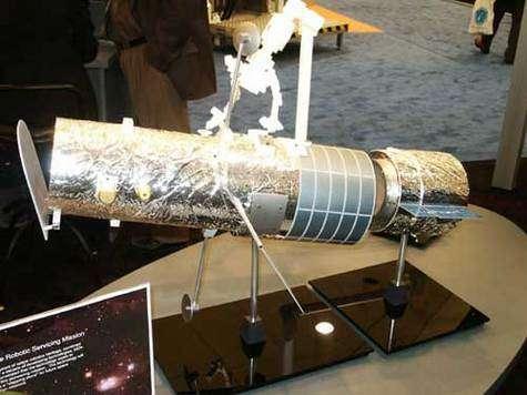 L'agence spatiale canadienne présentait un projet de sauvetage robotisé d'Hubble. Le module à l'arrière du télescope permettrait de prolonger sa durée de vie et de contrôler sa rentrée ultérieurement. © Espace Magazine