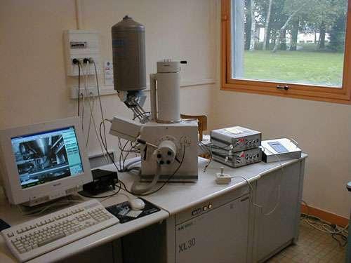 Micro-manipulateur à l'échelle nanométrique de petits objets, fonctionnant dans un microscope à balayage. On peut ainsi manipuler tout en observant ce qui se passe, en temps réel. Les déplacements grossiers (jusqu'au micromètre) sont assurés par trois tables à micro-déplacement mues par trois moteurs à courant continu, pilotées par un joystick par l'intermédiaire d'un micro-contrôleur. Les déplacements fins, dans les trois directions, sont obtenus jusqu'à l'échelle nanométrique par des céramiques piézo-électriques pilotées par des alimentations à haute tension. La résolution en déplacement est limitée par les vibrations de l'outil. © CNRS Photothèque / THIAVILLE André, KLEIN Vincent - Reproduction et utilisation interdites