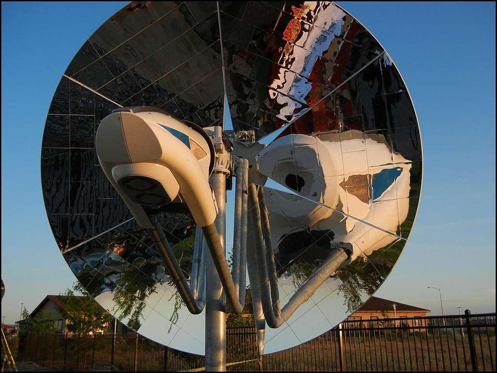 Le dispositif construit par le Pacific Northwest National Laboratory (PNNL) concentre les rayons solaires pour utiliser leur énergie et transformer le gaz naturel en syngas (gaz de synthèse). © Pacific Northwest National Laboratory