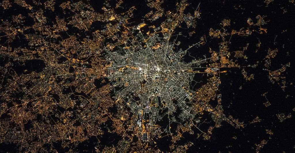 Sur cette photo de Milan, prise la nuit depuis la Station spatiale internationale (ISS), les quartiers éclairés par des LED (au centre) sont au moins aussi lumineux que ceux restant éclairés par de la lumière plus classique (en périphérie). Le ratio de lumière bleue apparaît bien supérieur au centre, ce qui laisse craindre des impacts accrus sur la santé et l'environnement. © Nasa, ESA