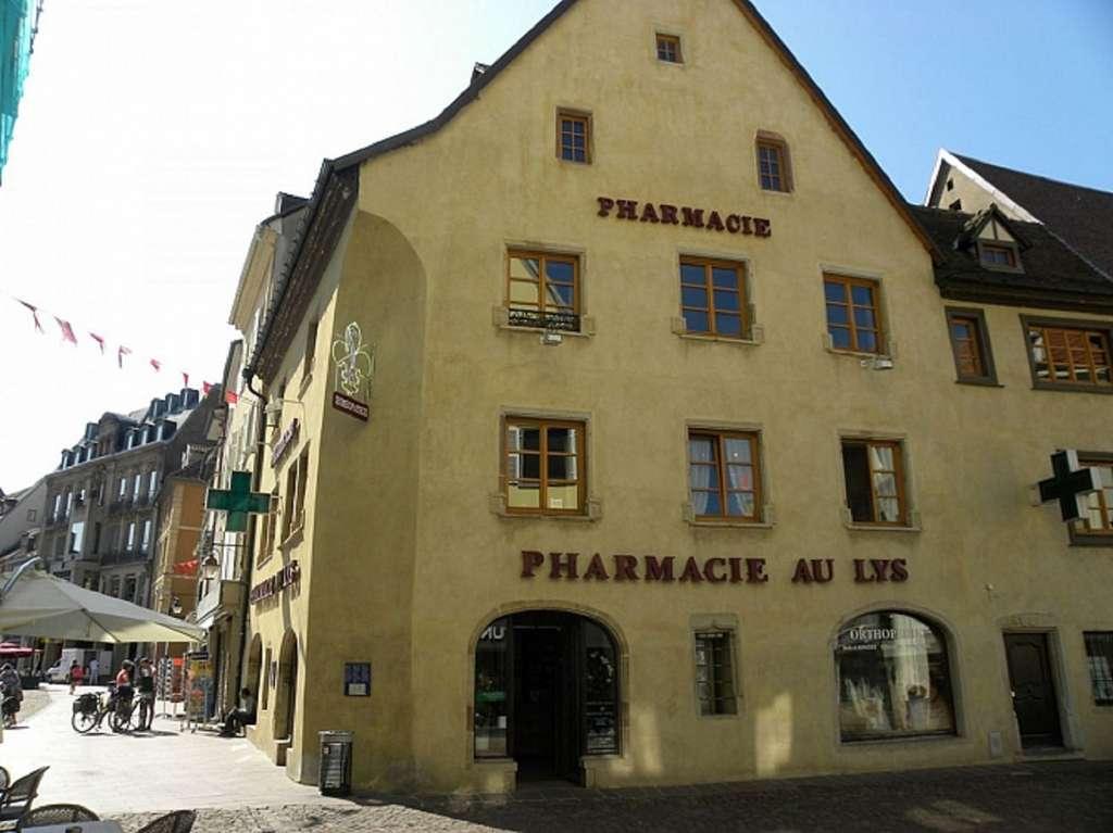 La pharmacie au Lys à Mulhouse, plus ancienne officine de France encore en activité (depuis 1649). Mulhouse, Alsace. © Wikimedia Commons, domaine public