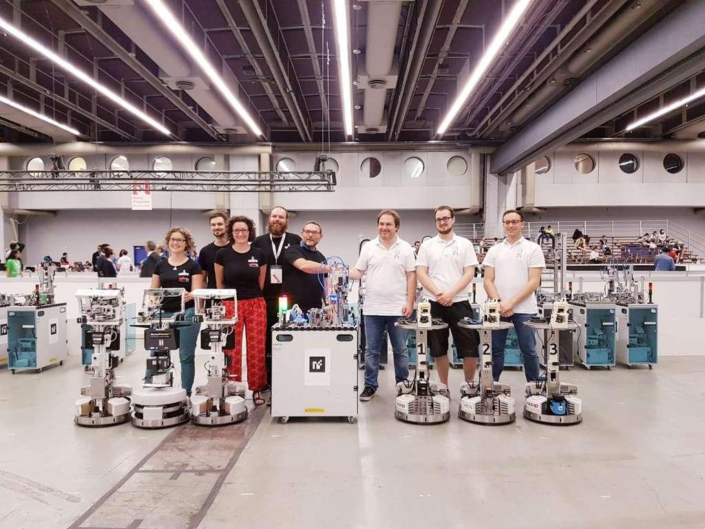 L'équipe PyroTeam, de l'école Polytechnique de Lille, avec ses robots logisticiens est vice-championne du monde dans la catégorie Robots industriels. © PiroTeam