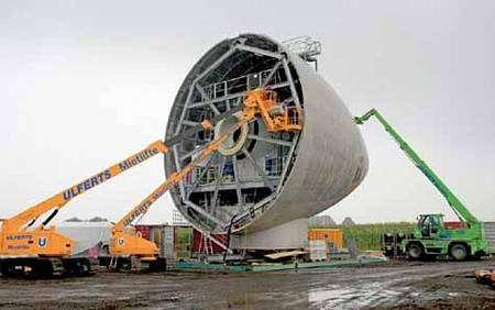 Ce carénage avant du rotor d'une éolienne identique au modèle E112, ici en construction à Estinnes (Belgique), donne l'échelle. Il sera installé sur son mât à 141 mètres au-dessus du sol. Crédit Enercon