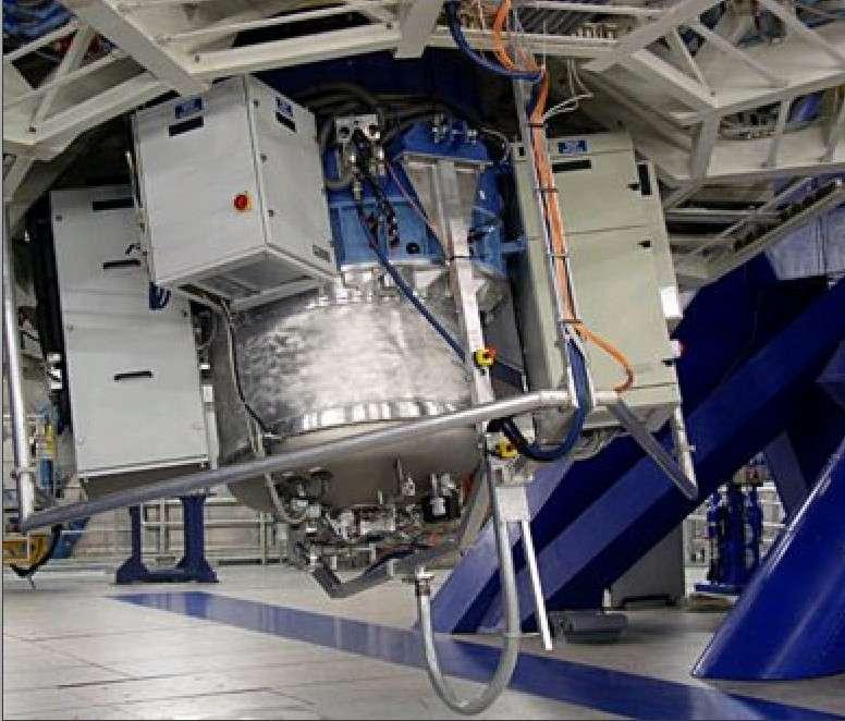 Le spectragraphe infrarouge Sinfoni est installé au foyer de l'un des VLT. C'est l'un des instruments les plus puissants au monde pour observer de jeunes galaxies lointaines. © Eso