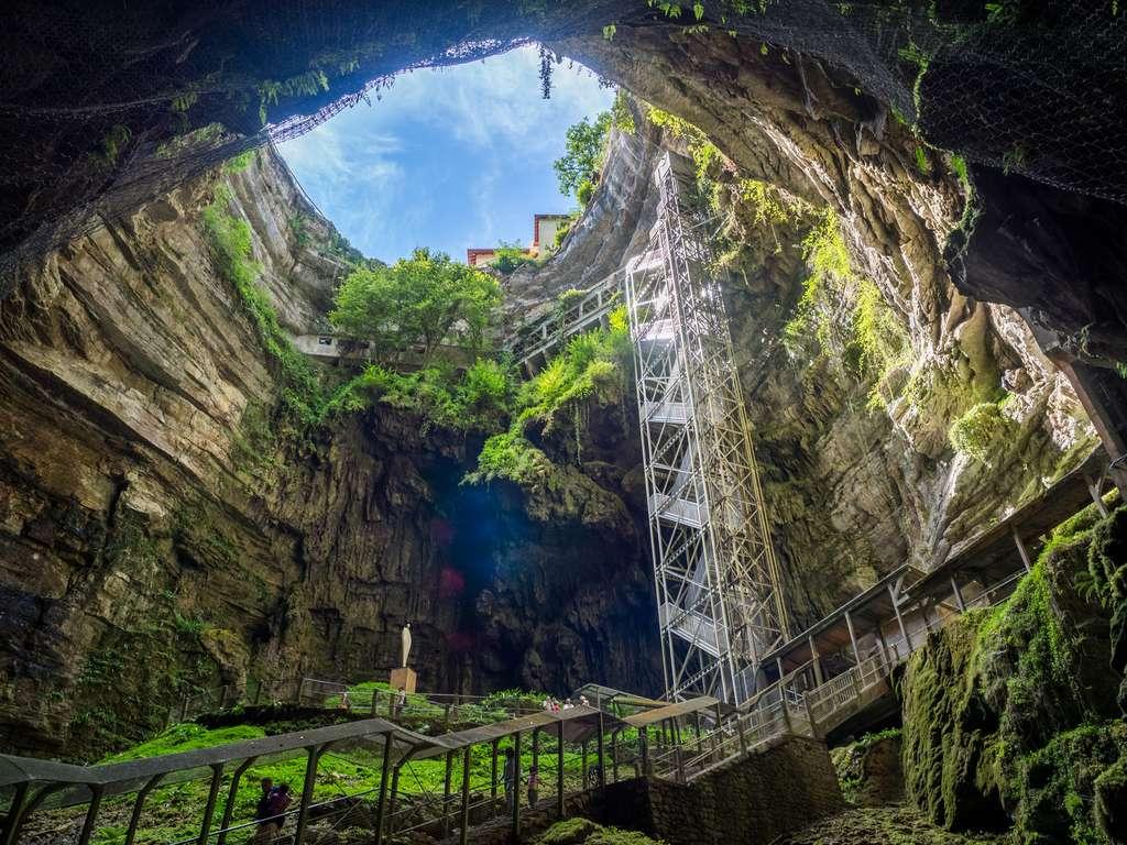 Il faut descendre à plus de cent mètres pour atteindre les profondeurs du gouffre de Padirac. © Cottevieille, Fotolia