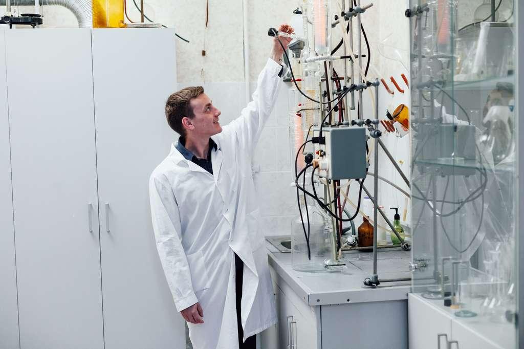 En parallèle de son activité d'enseignant, le maître de conférence se consacre à la recherche fondamentale au sein d'un laboratoire de recherche publique. © dimitriisimakov, Fotolia.