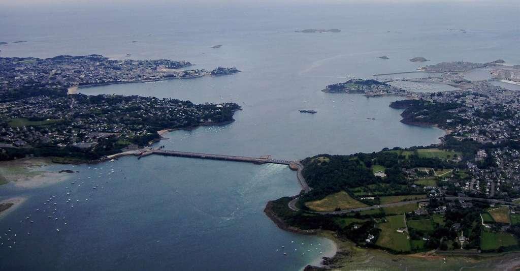 Vue aérienne du barrage et de l'usine marémotrice de La Rance. © Tswgb, Wikipedia, domaine public