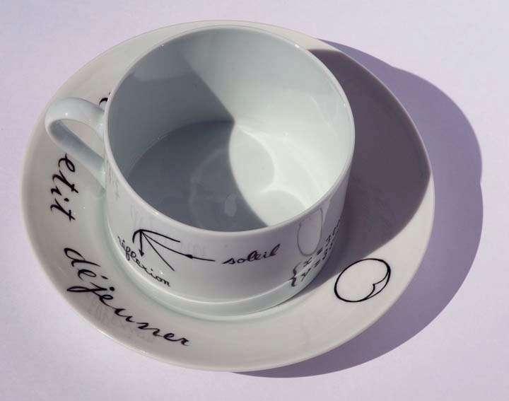 On distingue une courbe en forme de cœur au fond de cette tasse. Je l'ai reproduite sur la soucoupe de cette tasse que j'ai créée pour lui rendre honneur (à droite). © Hervé Lehning, tous droits réservés