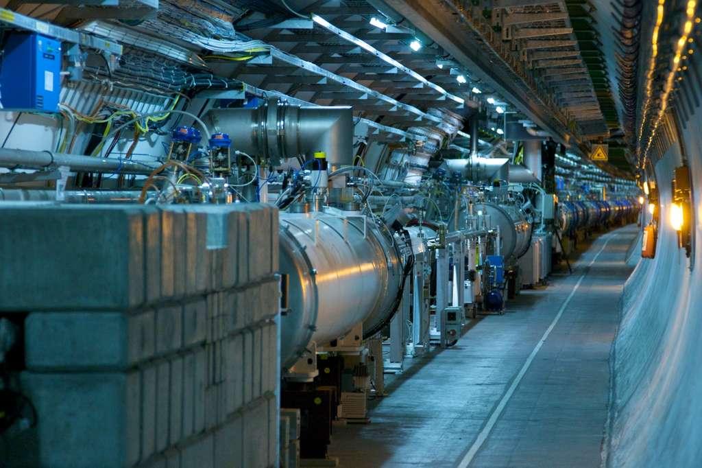 Dans le tunnel du LHC, long de presque 27 kilomètres, les particules sont accélérées à l'aide, notamment, d'électroaimants supraconducteurs visibles sur cette photo. © Rainer Hungershausen, Flickr, CC by-nc-nd 2.0