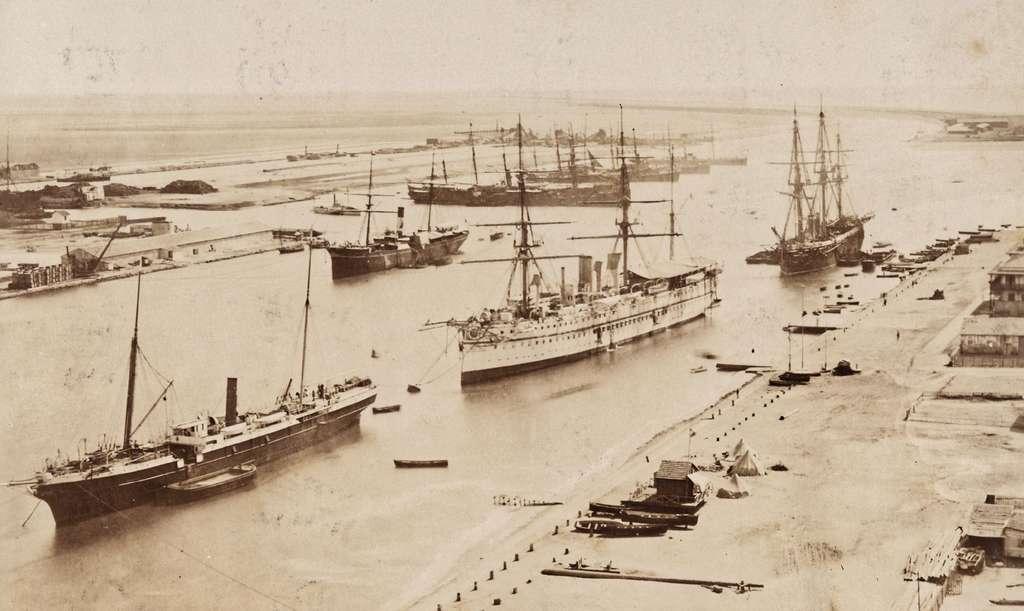 Navires dans le canal de Suez, fin XIXe siècle. Bibliothèque nationale de France. © Retro News.
