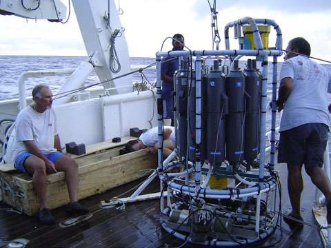 Photographie prise dans le cadre du programme LEGOS, à bord du navire océanographique Alis. Etude des eaux superficielles du pacifique équatorial, qui jouent un grand rôle dans l'évolution climatique du globe. Elles sont le siège du phénomène El Nino. © Gallois, Francis IRD