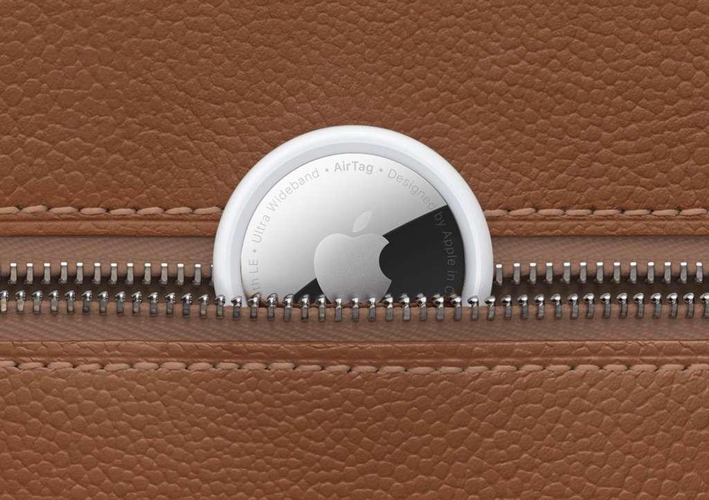 Aussi petit qu'une pièce de deux euros, l'AirTag peut se cacher très facilement. © Apple