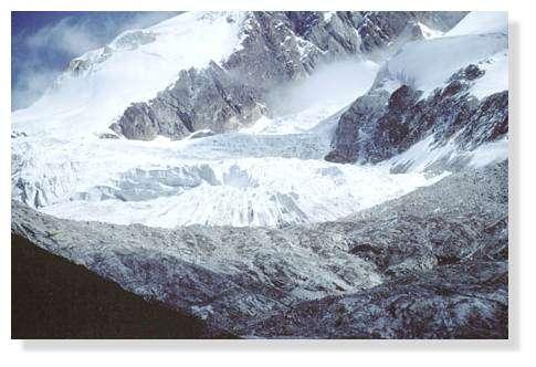 Petit glacier à environ 4800 m d'altitude, au pied du Huayna Potosi (6088 m, Cordillère de La Paz), province de Murillo, Bolivie. © IRD/Joyce Wirrmann.