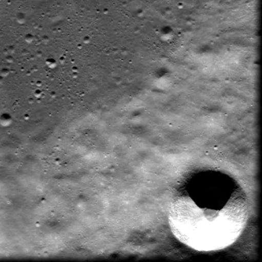 """Le jeune cratère lunaire """"Cuvier C"""" vu par SMART 1"""