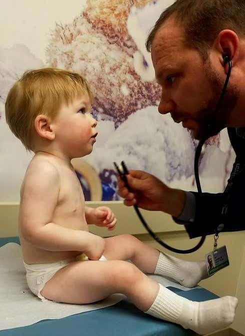 Luke Terrio à l'âge de 15 moins avec le docteur Neil Romberg. Le garçon a aujourd'hui 4 ans et demi et se porte parfaitement bien. © Hôpital pour enfants de Philadelphie