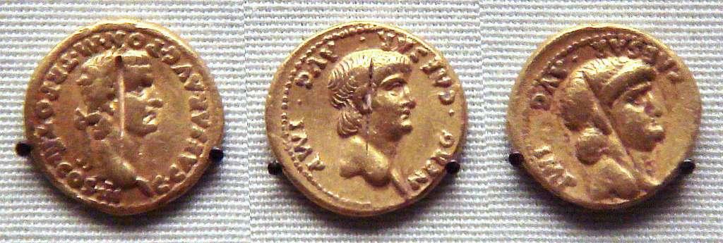 Trois pièces d'or romaines trouvées à Pudukkottai, en Inde du Sud. De gauche à droite : une pièce à l'effigie de Caligula et deux pièces à l'effigie de Néron. © Uploadalt, Wikipédia, CC by-sa 3.0